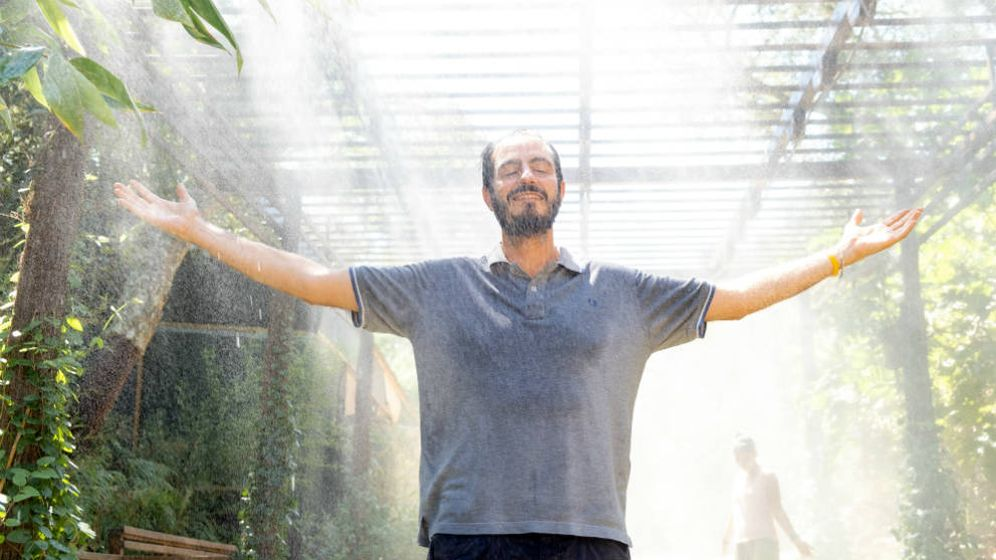 Foto: Namdev, en el 'shower of grace' del 'ashram'. (Foto: Nitya Samoshchenko)