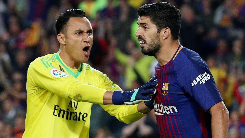 Foto: Keylor Navas sujeta a Luis Suárez en la disputa de un Clásico. (Reuters)