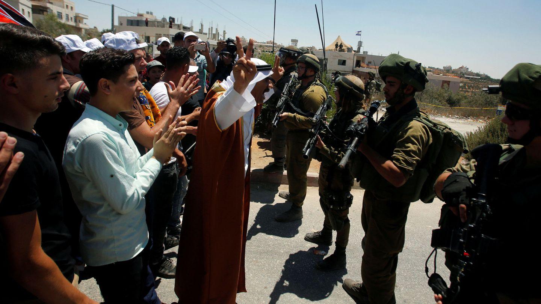Manifestantes palestinos en una protesta contra los colonos israelís por la construcción de la torre militar en Dura, Hebrón. (Reuters)