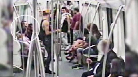 Imágenes de la paliza a un hombre en el metro de Barcelona