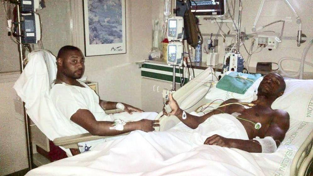 Foto: Abidal muestra una foto con Gérard Armand tras el trasplante de hígado. (EFE)