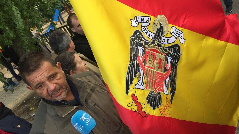 Decenas de banderas preconstitucionales frente a Mingorrubio. (R. R. B.)