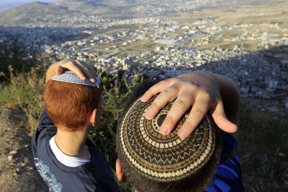 Foto: Dos niños judíos colonos, tras una marcha desde la colonia de Har Bracha hasta el Monte Gerizim, ante la ciudad cisjordana de Naplusa. (Reuters)