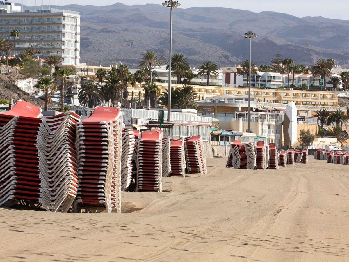Foto: Tumbonas apiladas en una playa de Gran Canaria. (EFE)