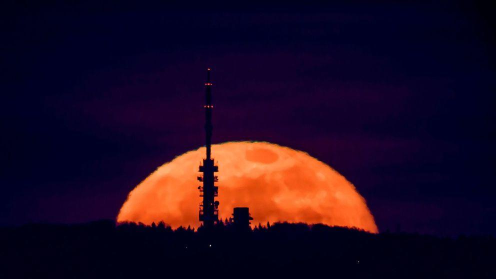 La Superluna rosa de abril, en imágenes: así se ha visto la Luna llena más grande de 2020