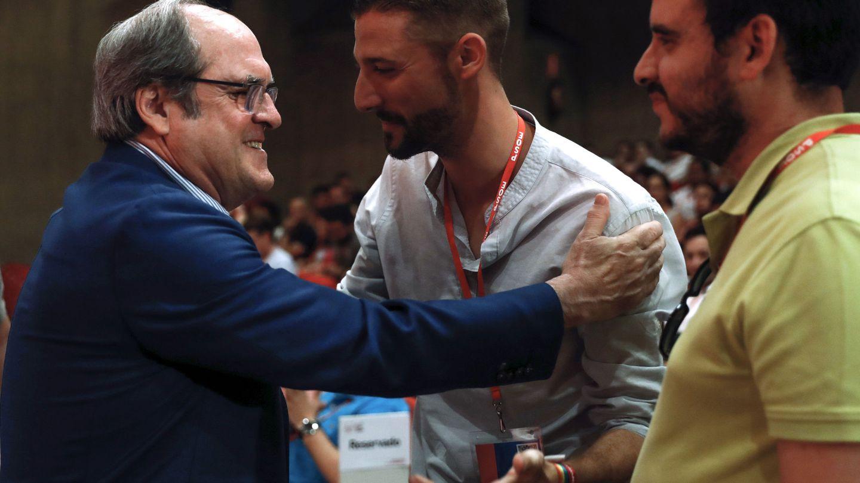 El exministro Ángel Gabilondo saluda a Omar Anguita, este 15 en julio en el 25º Congreso de JSE. (EFE)