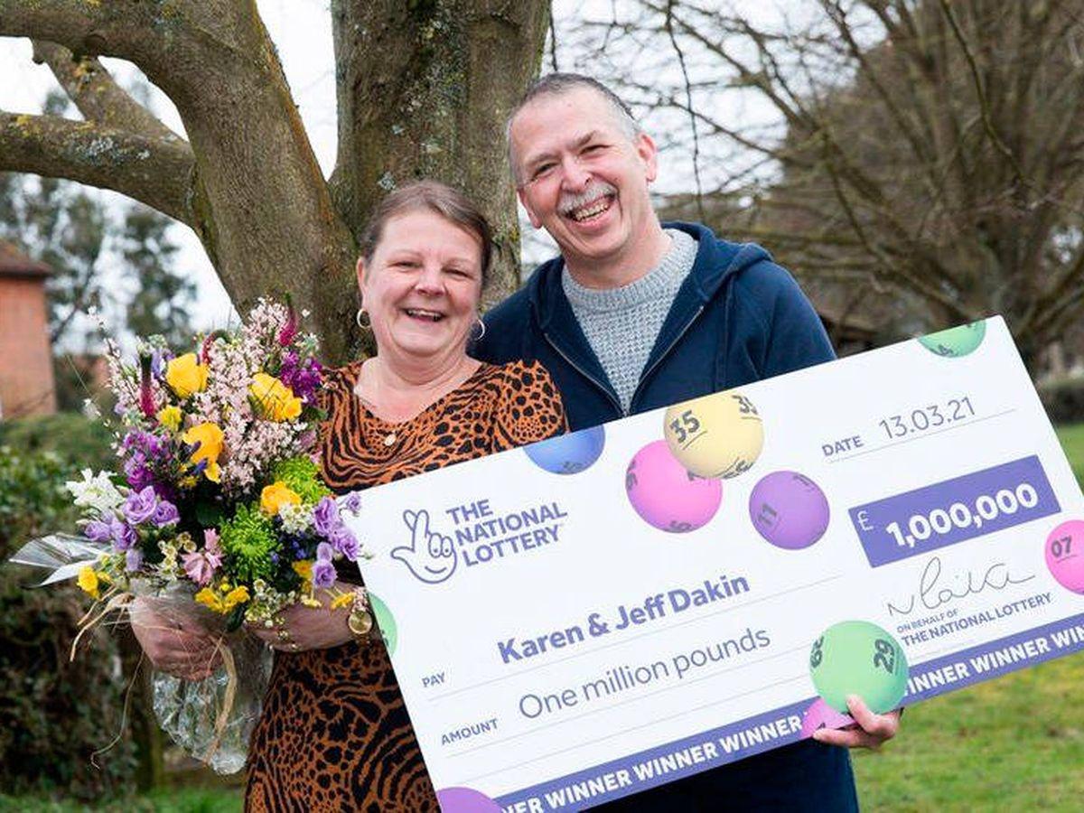 Foto: Karen y Jeff Dakin, felices al recibir su premio de 1 millón de libras (National Lottery)