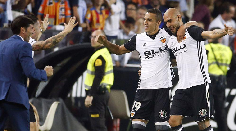Foto: Zaza y Rodrigo celebran un gol junto a Marcelino. (EFE)