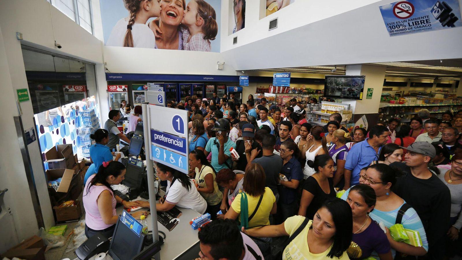 Foto: Largas filas en una cadena de farmacias de Caracas hace un año. (Reuters)