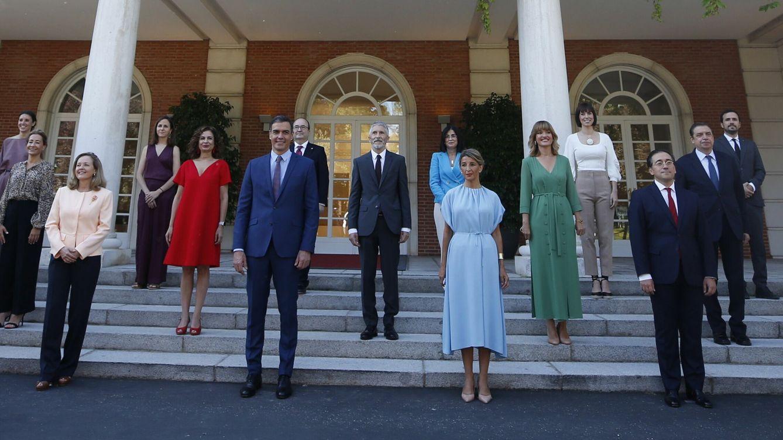 Foto: Pedro Sanchez (2i, delante) preside la tradicional foto de familia de la nueva composición del Ejecutivo. (EFE)
