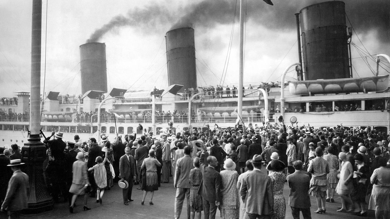 Foto: 1912, El Havre. La multitud despide al transatlántico France, que zarpa hacia Nueva York. (Fotografía extraída del libro 'Transatlánticos de leyenda')