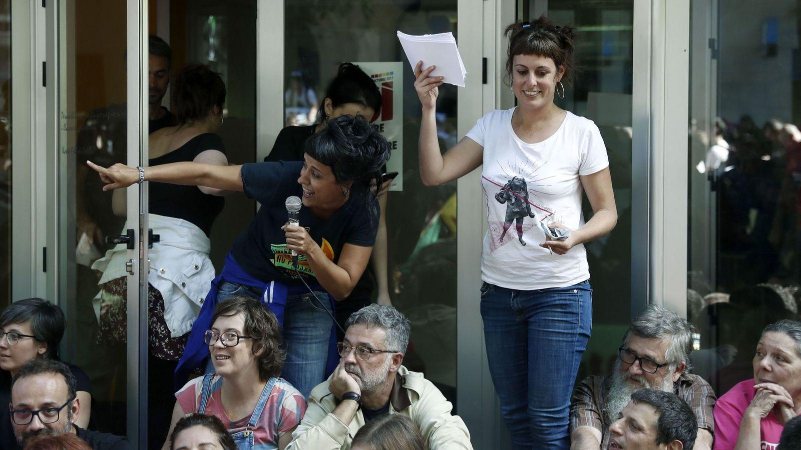 Foto: Diputadas de la CUP en la puerta de su sede. (EFE)