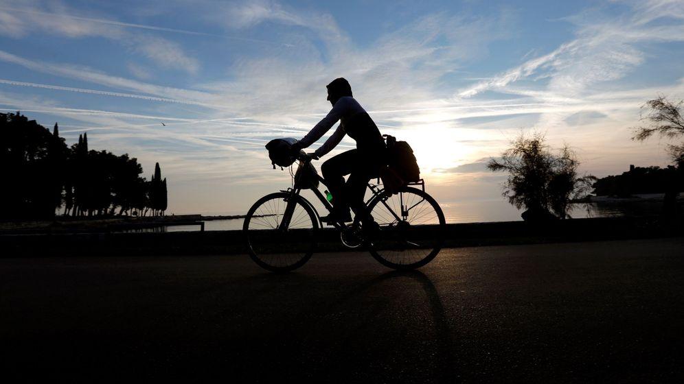 Foto: Un ciclista paseando por una acera. (EFE)