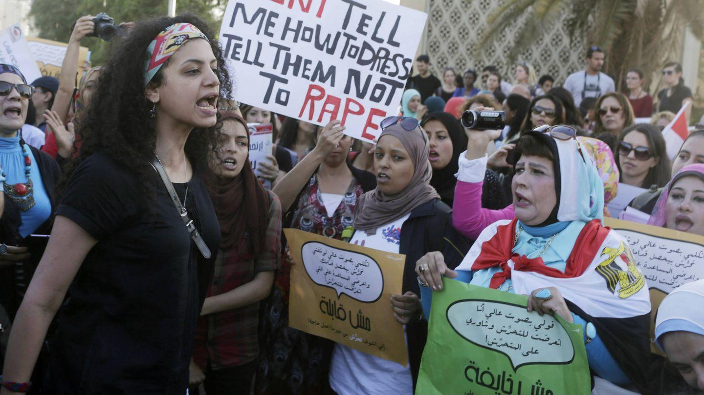 Un grupo de egipcias protesta contra el acoso sexual en el centro del Cairo. (Reuters)