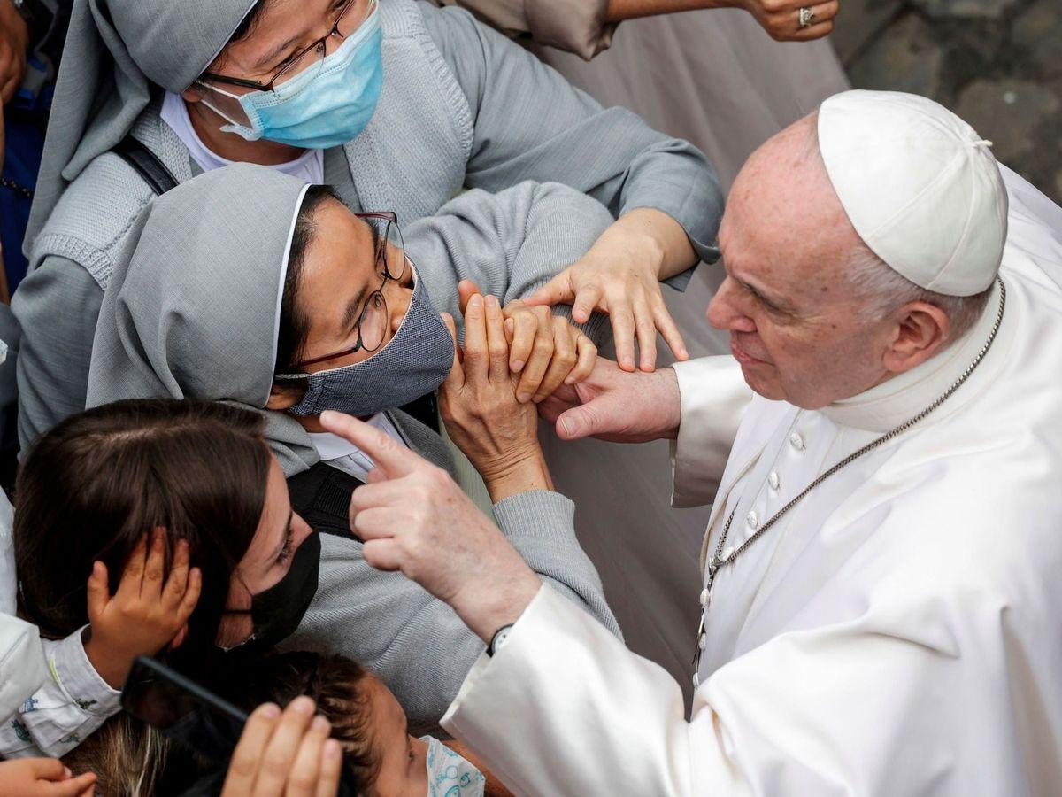 Foto: El Papa saluda a unas monjas en una imagen de prinicpios de junio. (EFE)