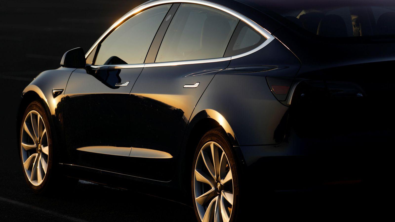 Foto: Un Tesla Model 3 en color negro. (Reuters)