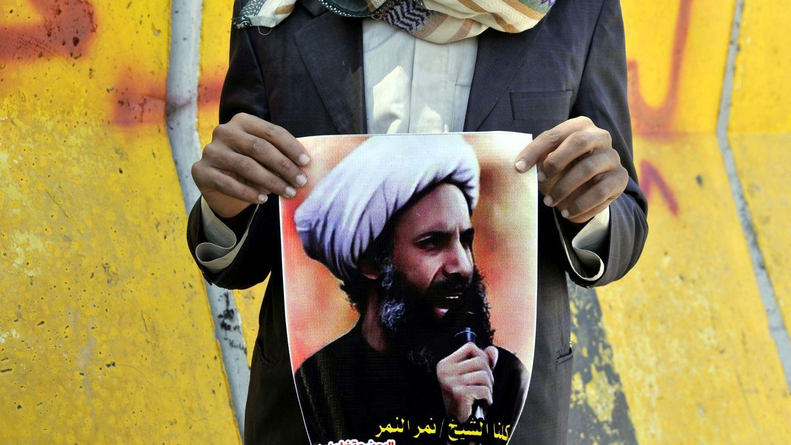 Foto: Imagen de octubre de 2014 de un participante en una protesta por la condena a muerte de Nimr Baqir al Nimr en Saná (Yemen), con un cartel del clérigo. (EFE)