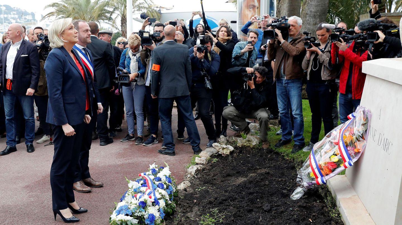 La líder del ultraderechista Frente Nacional, Marine Le Pen, participa en una ofrenda floral ante la estatua de Juana de Arco, en Cannes. (EFE)