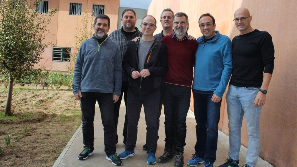 Foto: Los siete dirigentes independentistas presos en la cárcel de Lledoners, en diciembre de 2018. (EFE)