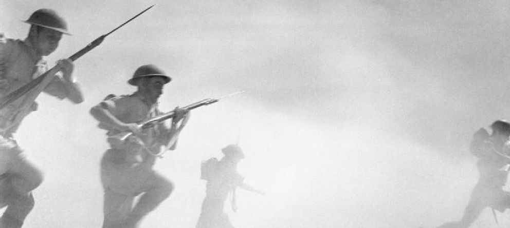 Foto: El Alamein 1942: Infantería británica avanza entre el polvo y el humo de la batalla (CC)