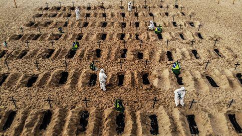 Un 'cementerio' en la playa de Copacabana como protesta por la gestión del covid-19