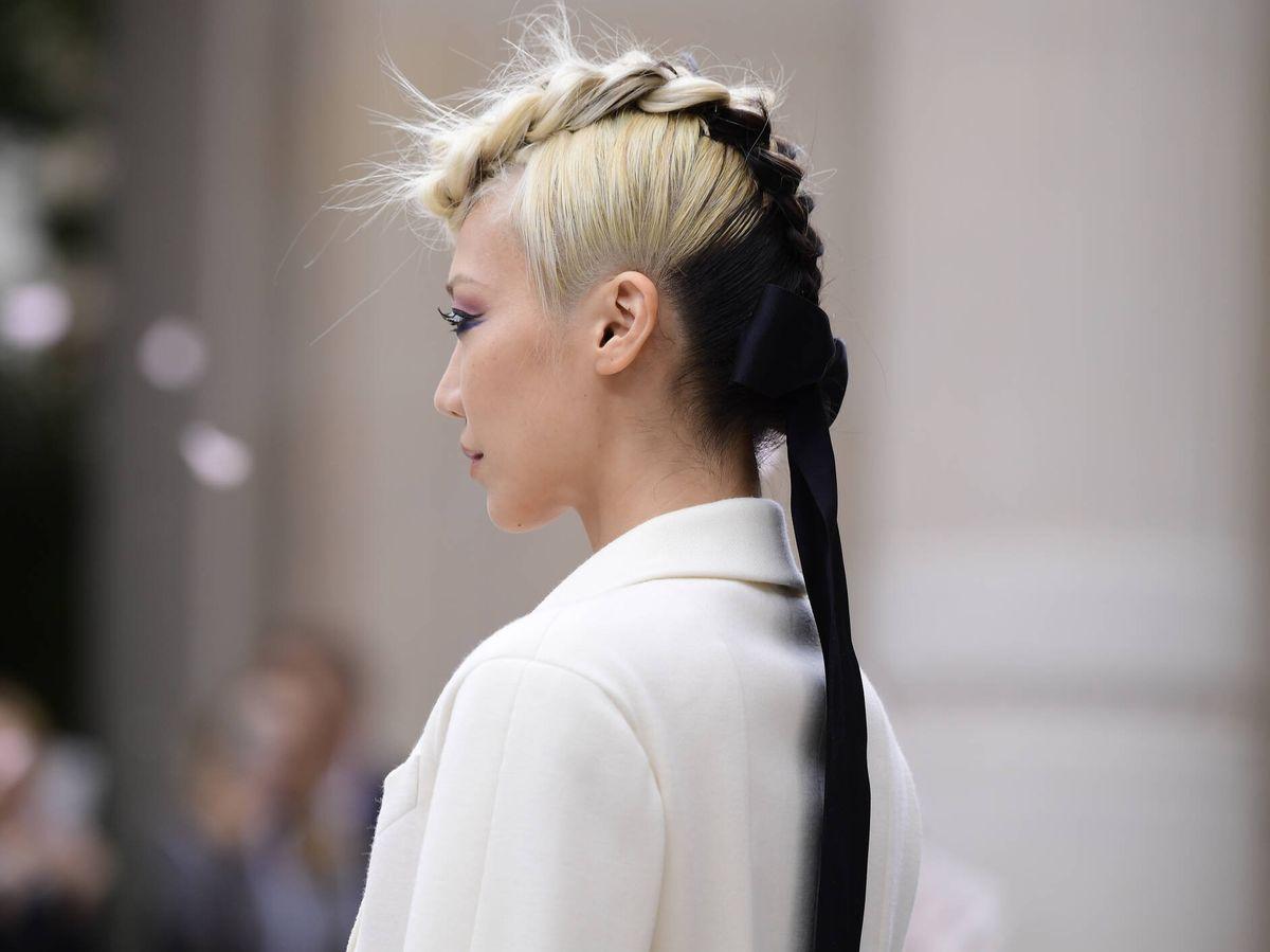 Foto: Detalle de la coleta trenzada y con lazo propuesta por Chanel en los desfiles de la Alta Costura de París. (Getty)