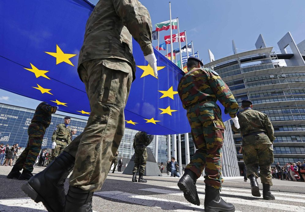 Foto: Soldados del llamado Eurocuerpo sostienen la bandera de la UE durante una ceremonia frente al Parlamento Europeo en Estrasburgo, en junio de 2014. (Reuters)
