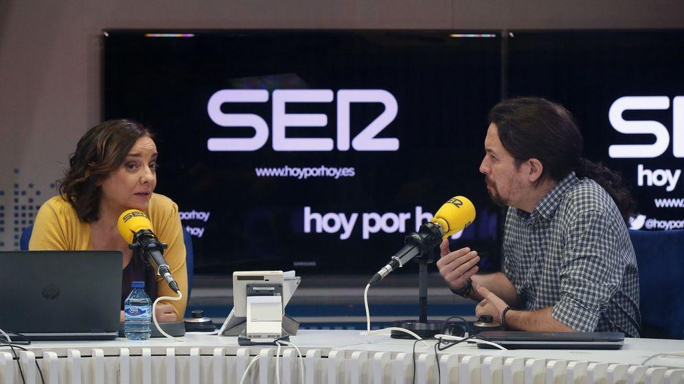 Foto: El secretario general de Podemos, Pablo Iglesias, junto a la periodista Pepa Bueno. (EFE)