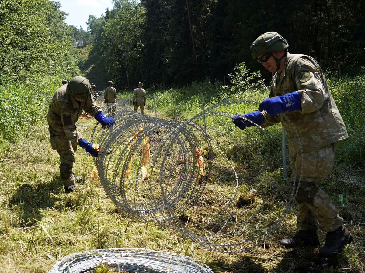 Foto: El Ejército lituano coloca alambradas en la frontera con Bielorrusia. (Reuters)