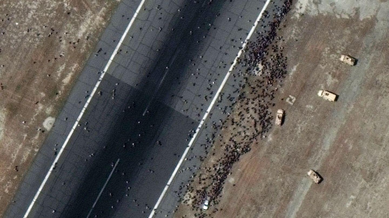 Civiles ocupando las pistas del aeropuerto durante la jornada de ayer. (EFE)