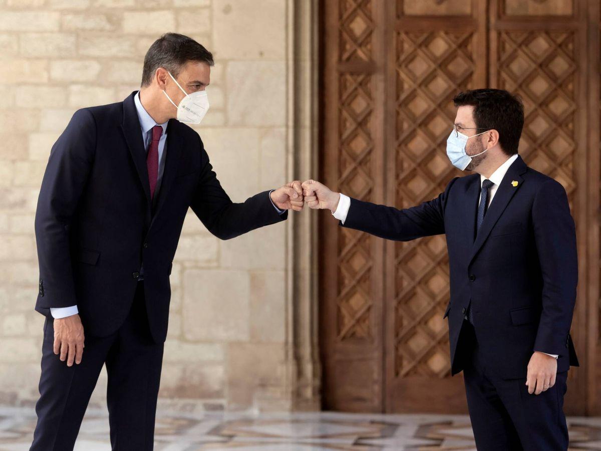 Foto: El presidente de la Generalitat, Pere Aragonès, recibe al presidente del Gobierno, Pedro Sánchez. (EFE)