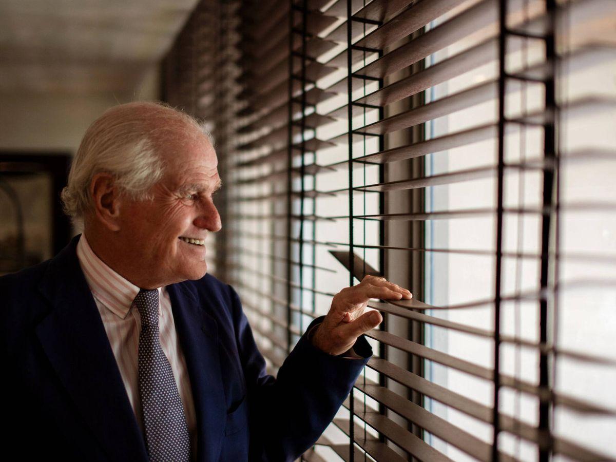 Foto: El abogado Ramón Calderón mira por la ventana de su despacho. (EFE)