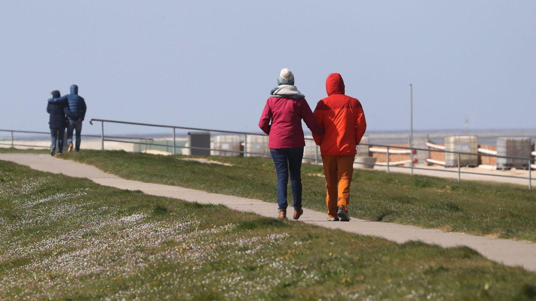 Unas parejas caminan en Cuxhaven, norte de Alemania. (EFE)