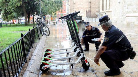 Patinetes y bicis compartidas invaden la acera: ¿por qué no lo evita tu Ayuntamiento?