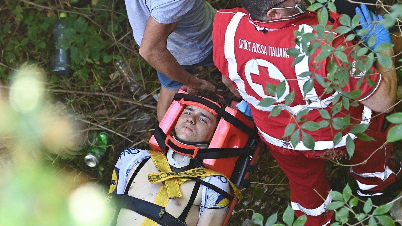 Remco Evenepoel cae al vacío tras precipitarse por un puente en plena carrera