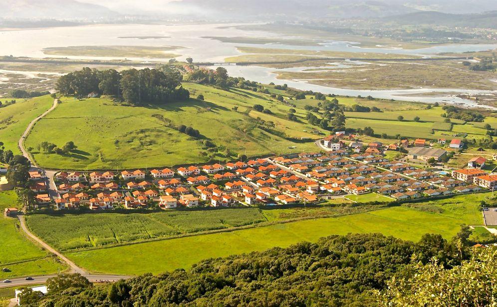 Foto: Una de las urbanizaciones de Argoños (Cantabria) afectadas por la sentencia de derribo. (AMA)