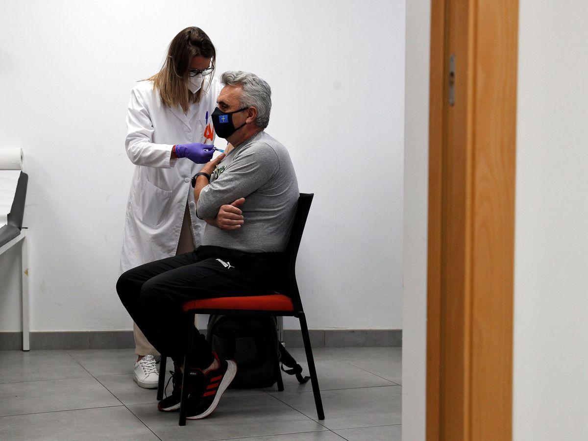 Foto: Cómo pedir cita para la vacuna contra el covid-19 en Andalucía. (Foto: EFE)