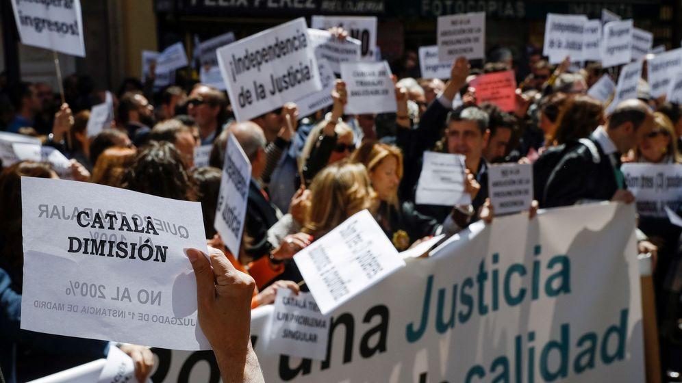 Foto: Concentración de jueces y fiscales frente a la sede del Ministerio de Justicia. (EFE)