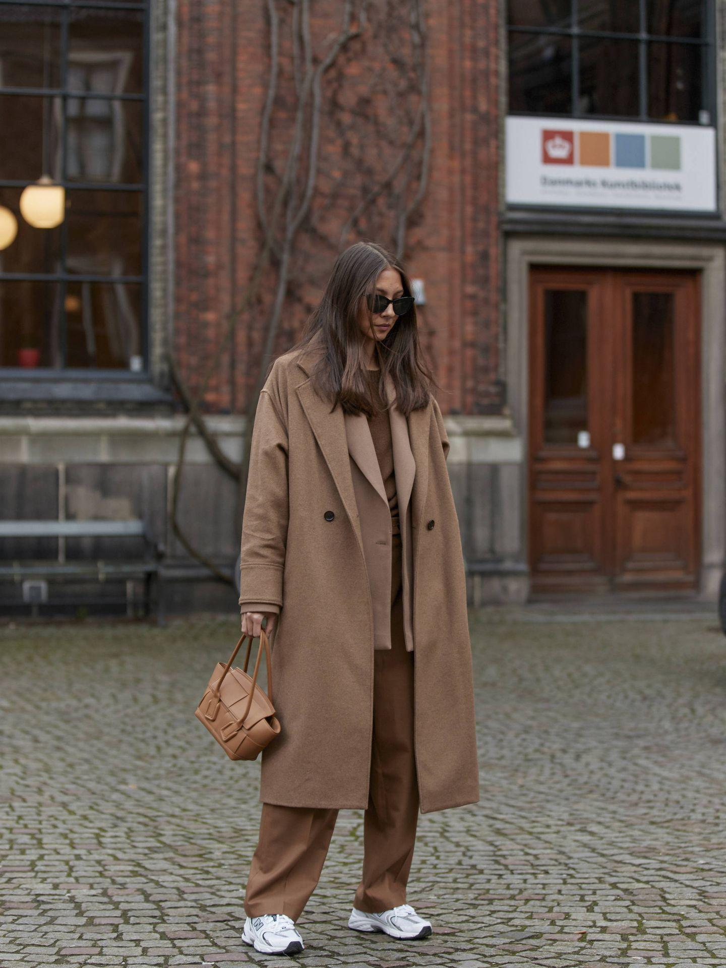 Una insider con una abrigo camel. (Imaxtree)