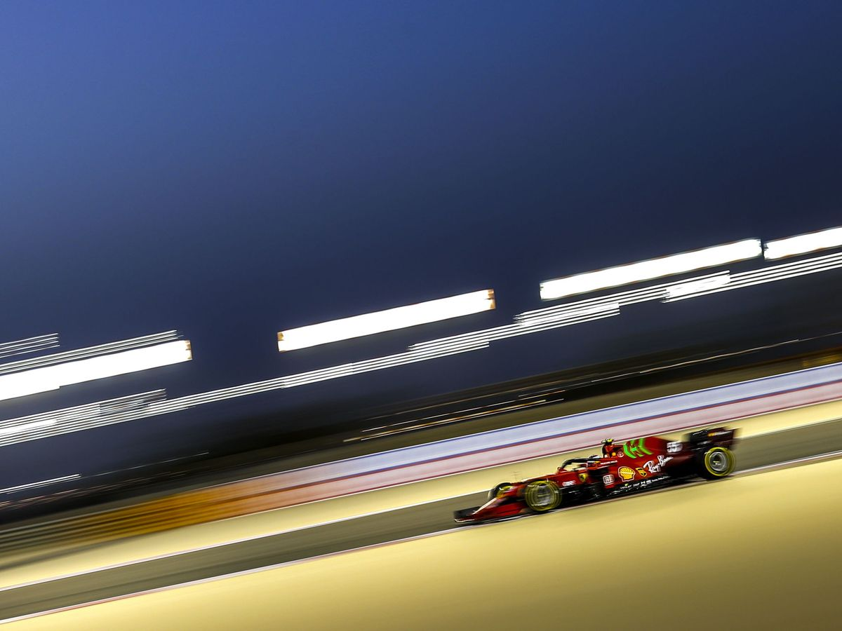 Foto: Carlos Sainz pilota su Ferrari en la primera jornada de la temporada. (Efe)