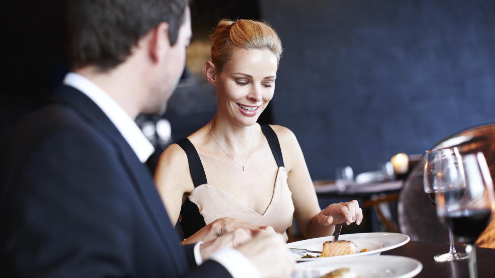 Foto: En cualquier comida formal es importante guardar ciertas normas protocolarias. (iStock)