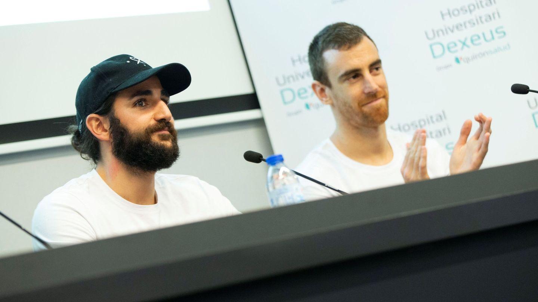Ricky Rubio junto a Víctor Claver en el Hospital Universitario Dexeus de Barcelona (Efe).