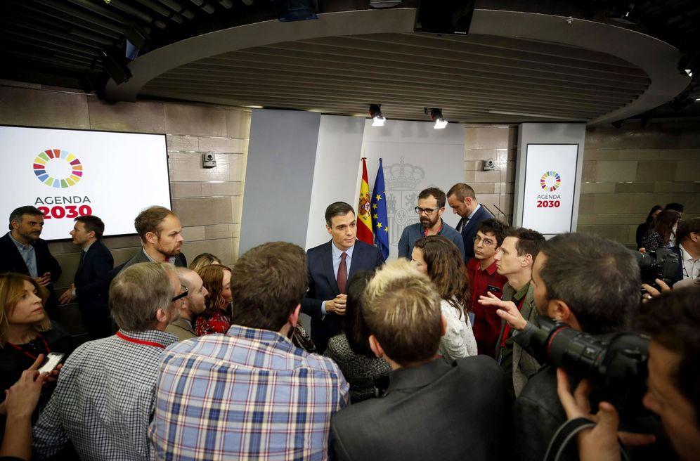 Foto: Pedro Sánchez, hablando con los periodistas este 10 de marzo tras su rueda de prensa en la Moncloa. (EFE)