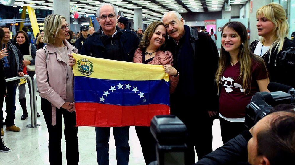 Foto: La eurodiputada Beatriz Becerra (i) y el opositor venezolano Antonio Ledezma (c), en el aeropuerto de Madrid. (Reuters)