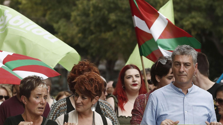 Los integrantes de EH Bildu Oskar Matute (d), Bel Pozueta (i) y Bakartxo Ruiz (c) durante la manifestación en Pamplona. (EFE)
