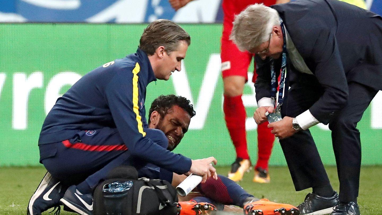 Momento de la lesión de Dani Alves que le hará perderse el Mundial   EFE