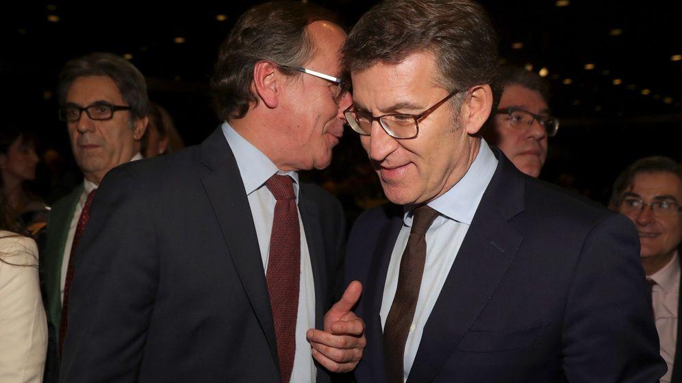 Foto: Alberto Núñez Feijóo (d), conversa con el presidente del PP vasco, Alfonso Alonso. (EFE)
