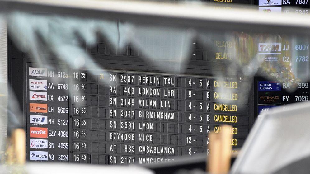 Foto: Una ventana rota del aeropuerto internacional de Bruselas. (Reuters)