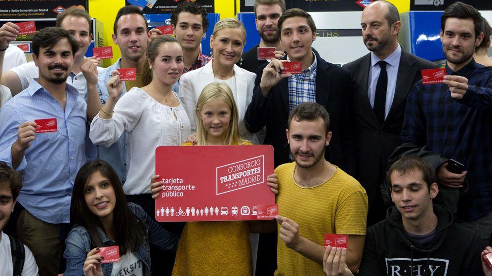 Foto: Cifuentes comparte con los jóvenes el primer día del nuevo Abono a 20 euros.