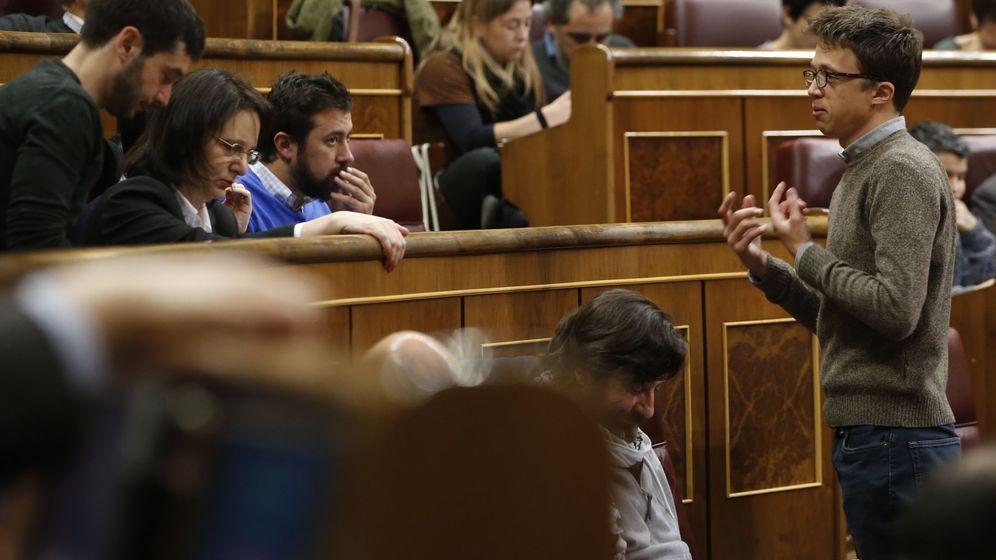 Foto: El diputado de Unidos-Podemos Íñigo Errejón (d) conversa con varios compañeros de partido durante la sesión de control al Gobierno. (EFE)